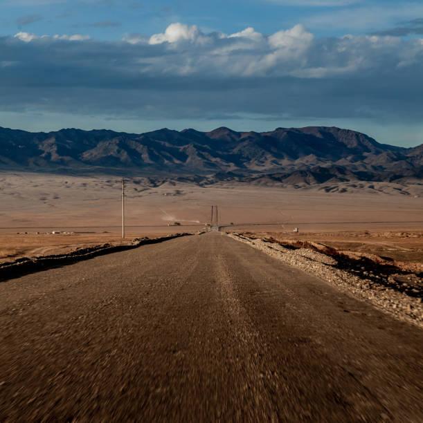 Endlose Steppe und Straßen von Kasachstan – Foto