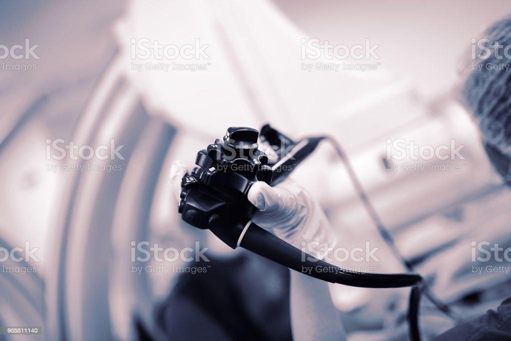 Endoskopie-Sonde in der Hand des Arztes während der Prozedur – Foto