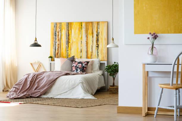 Chambre à coucher énergique avec illustration jaune - Photo