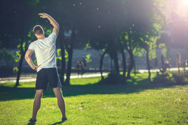 Energetischer Kerl trainiert im Freien – Foto