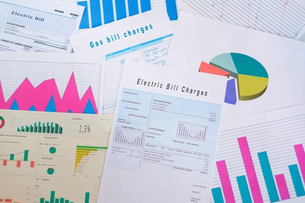Concept d'efficacité énergétique avec frais de facturer les documents sur le Bureau - Photo