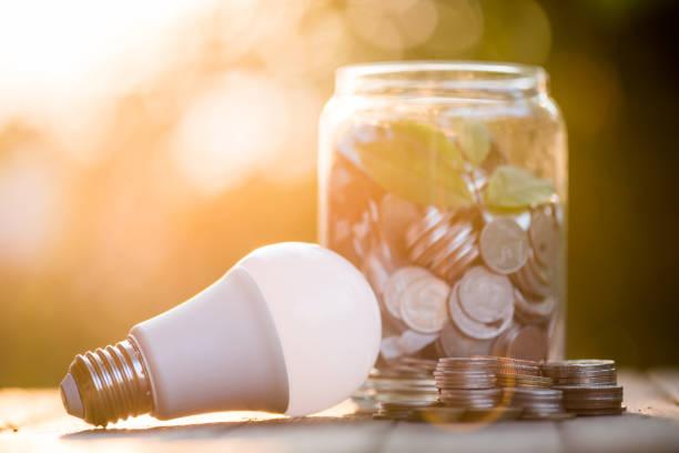 économie d'énergie led ampoule eco avec l'environnement sur fond de bois. - efficacité énergétique photos et images de collection