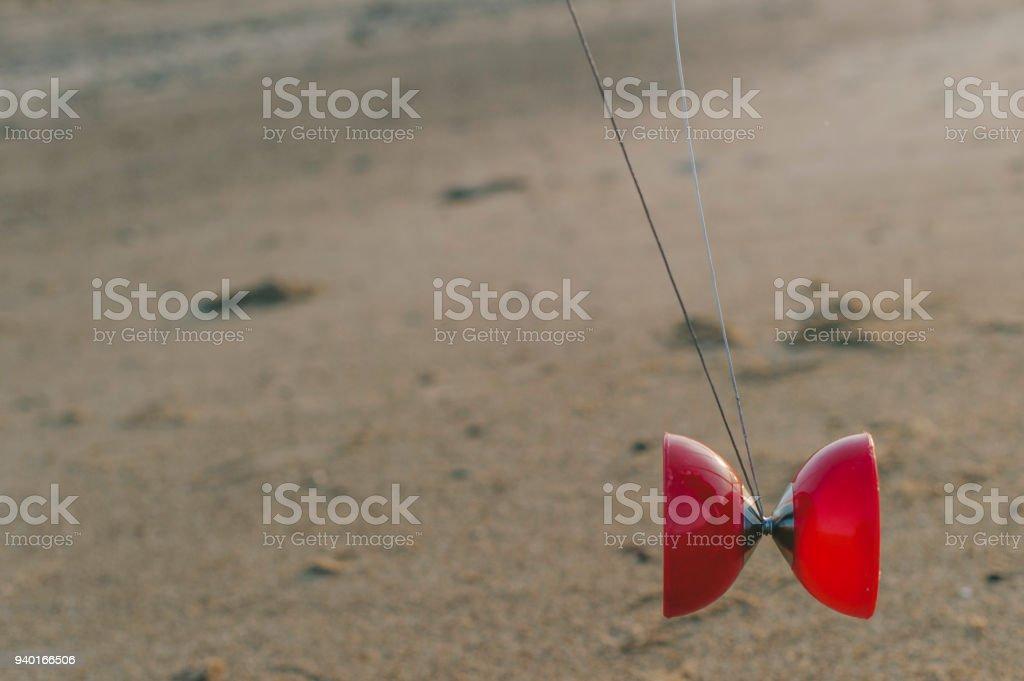 Enfant joue avec un diabolo stock photo
