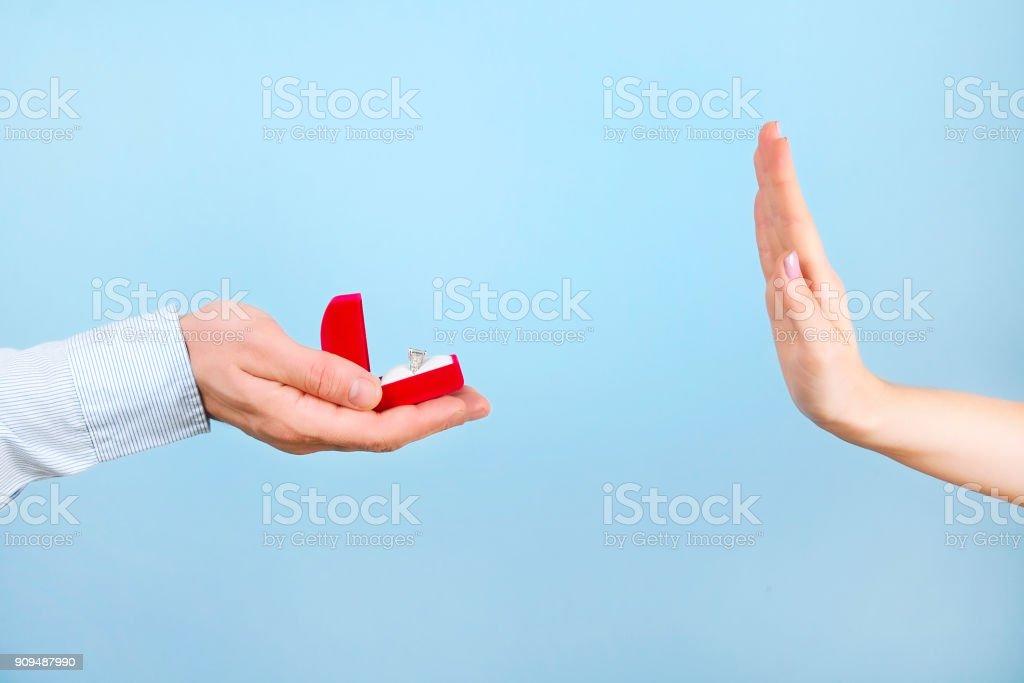 Engagement / mariage / mariage proposition refusant / rejet / n'acceptant ne pas de scène. Gros homme remettre la bague de diamant platine or cher à son épouse. - Photo