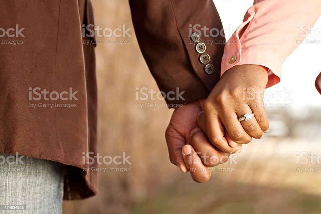 Händchen halten: Wie du beim Date nach ihrer Hand greifst.