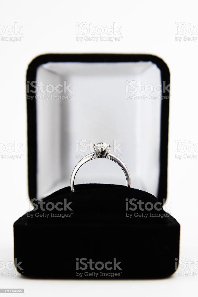 Anello di fidanzamento in scatola isolate su bianco - foto stock