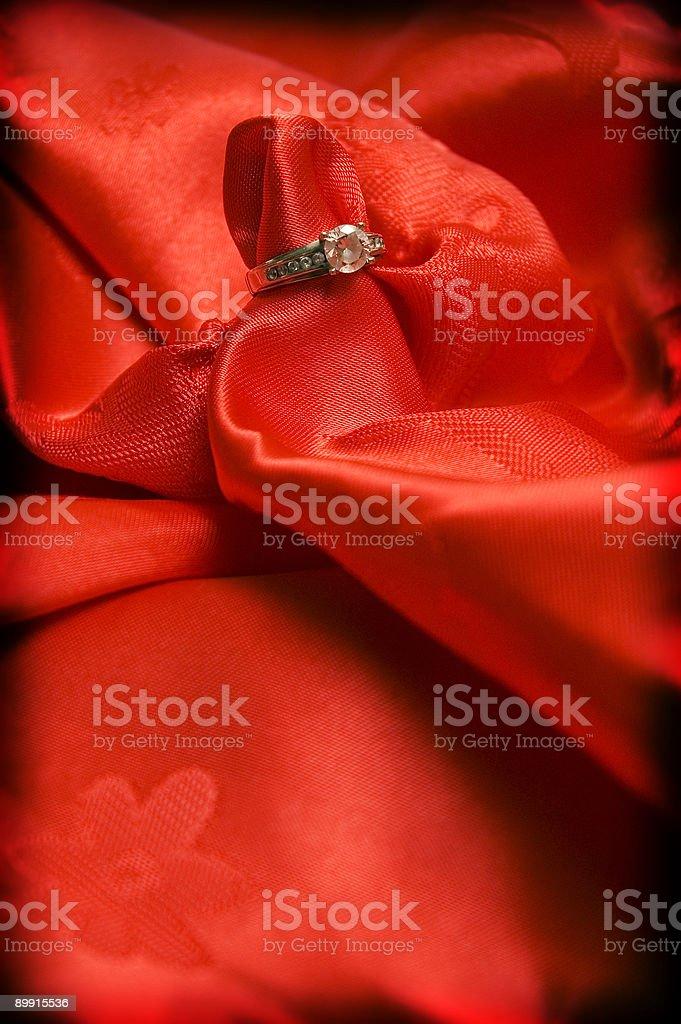 Anillo de compromiso en seda roja foto de stock libre de derechos
