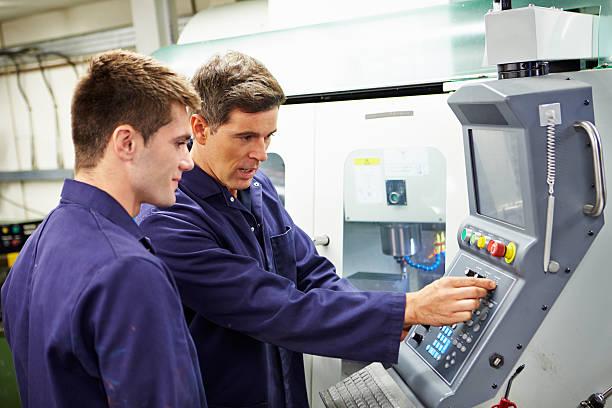 Ingenieur und Jugendliche mit automatischer Fräse – Foto