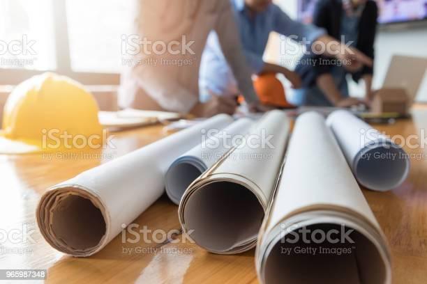Ingenieur Und Architekt Konzept Ingenieurarchitektenbüroteam Arbeitet Mit Blaupausen Stockfoto und mehr Bilder von Arbeiten