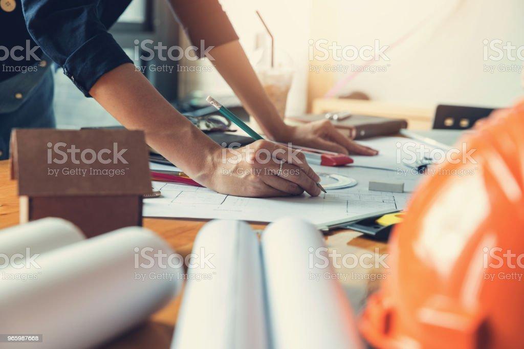 Ingenieur en Architect concept, ingenieur architecten office-team werken met blauwdrukken - Royalty-free Afdruk Stockfoto