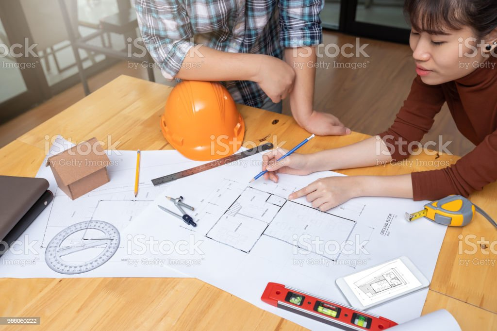 Ingenjör och arkitekt koncept, ingenjör arkitekter office-teamet arbetar med ritningar - Royaltyfri Affärsman Bildbanksbilder