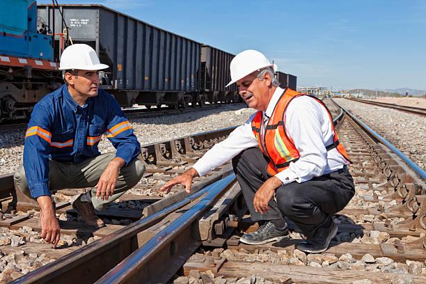 ingénieur et homme d'affaires - transport ferroviaire photos et images de collection