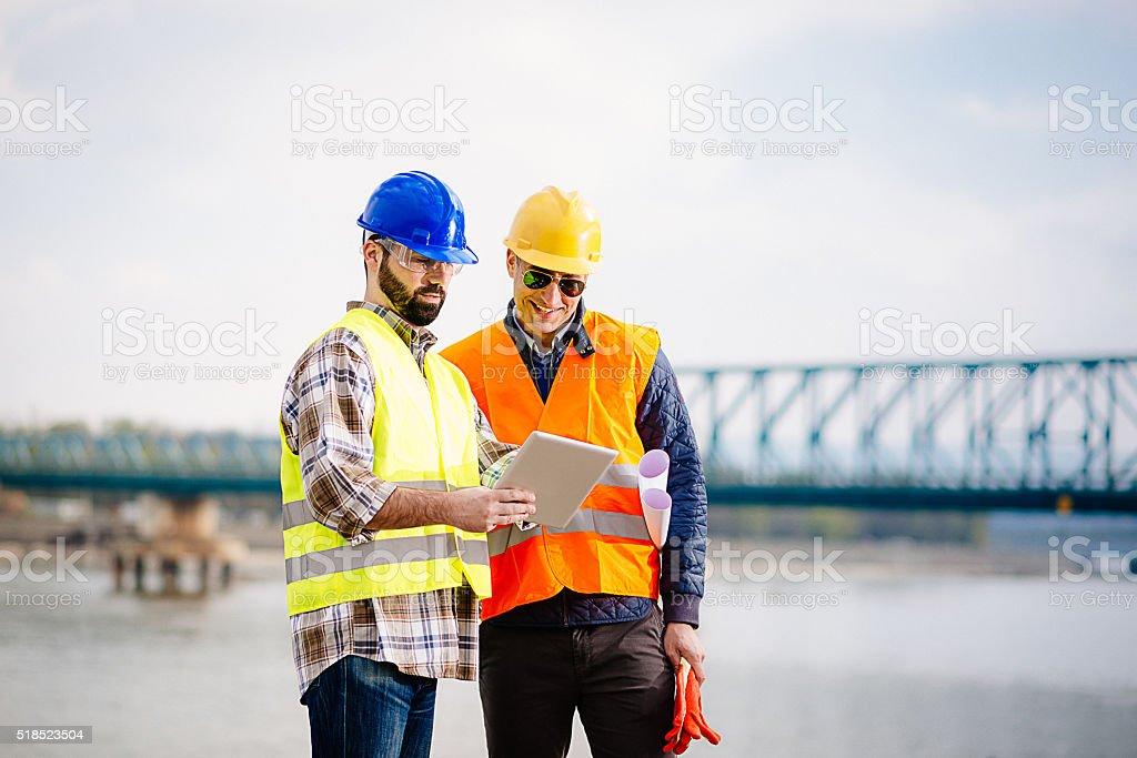 Ingenieur und Bau Website Manager um Pläne liegen vor, und Projekte – Foto