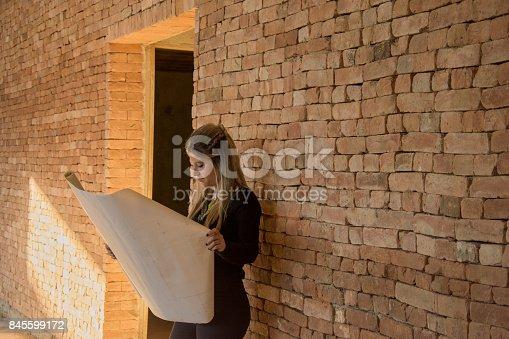 istock engenheira arquiteta com planejamento na construção 845599172