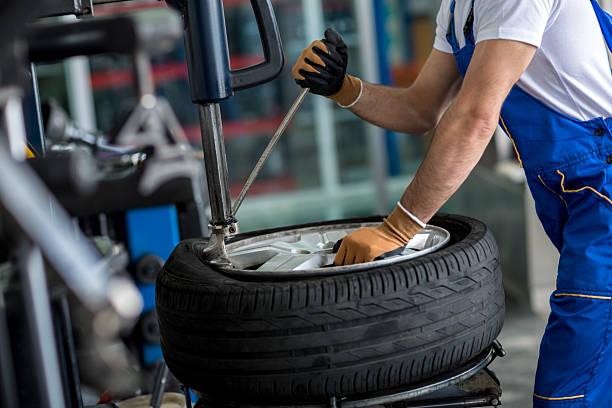 Ingenieur balancing Auto Rad auf Gleichgewicht R – Foto