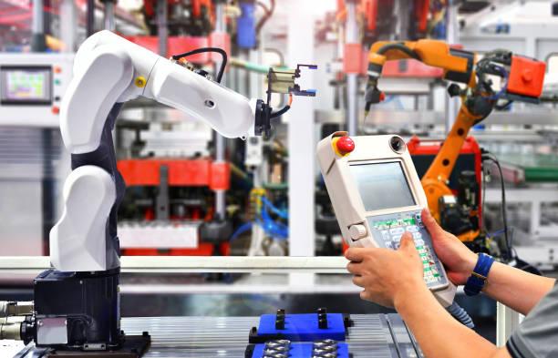 ingegnere controllo e controllo automazione braccio robot in fabbrica. - metal robot in logistic factory foto e immagini stock
