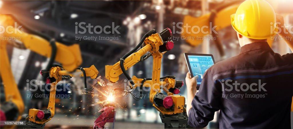 Check-Ingenieur und Robotik automatische Waffen Schweißmaschine in intelligente Fabrik automotive Industrial mit monitoring Systemsoftware zu steuern. Digitale Fertigungsbetrieb. Industrie 4.0 - Lizenzfrei Arm - Anatomiebegriff Stock-Foto