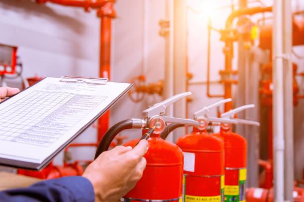 ingegnere che controlla il sistema di controllo antincendio industriale, controllore dell'allarme antincendio, notificante antincendio, anti incendio. sistema pronto in caso di incendio. - protezione foto e immagini stock