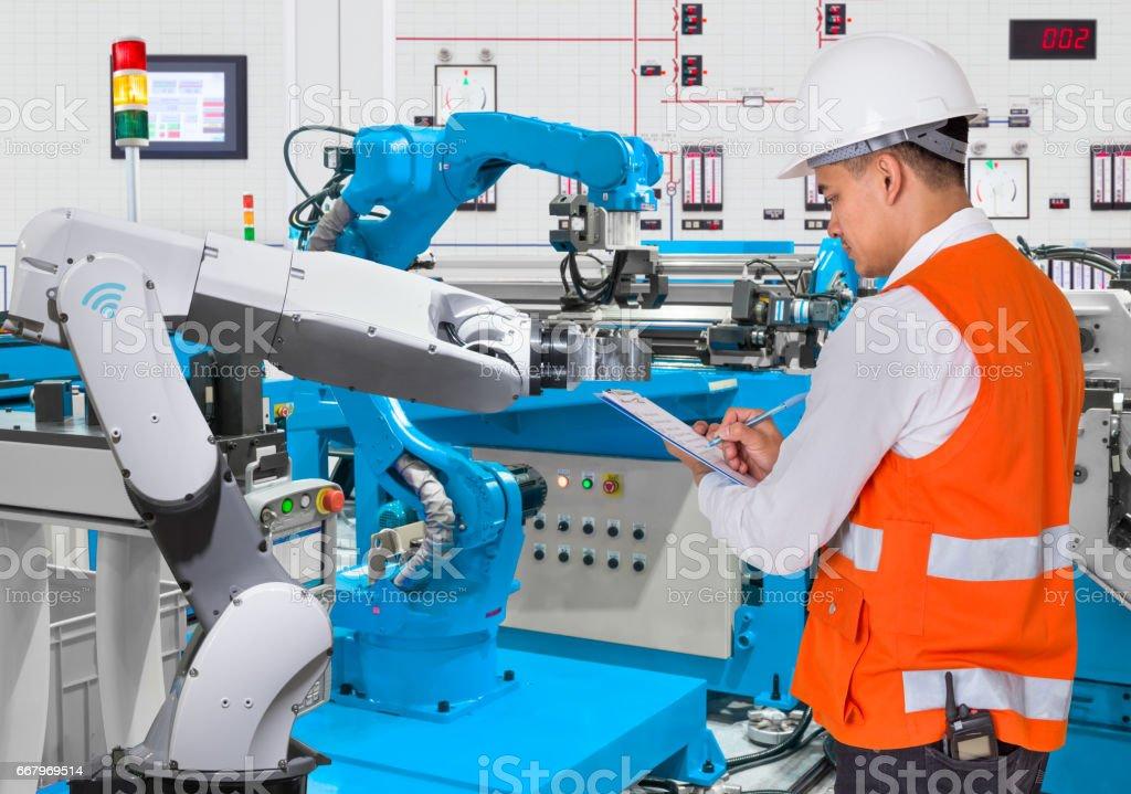 Ingeniero de control de mantenimiento diario de automatizada robótica en línea de producción - Foto de stock de Acontecimiento libre de derechos