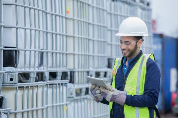 ingeniero control de envío de los productos químicos en lugar de trabajo de tubería de industria de petróleo y gas - química fotografías e imágenes de stock