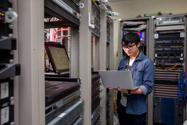 engineer configure data center on laptop. - człowiek maszyna zdjęcia i obrazy z banku zdjęć