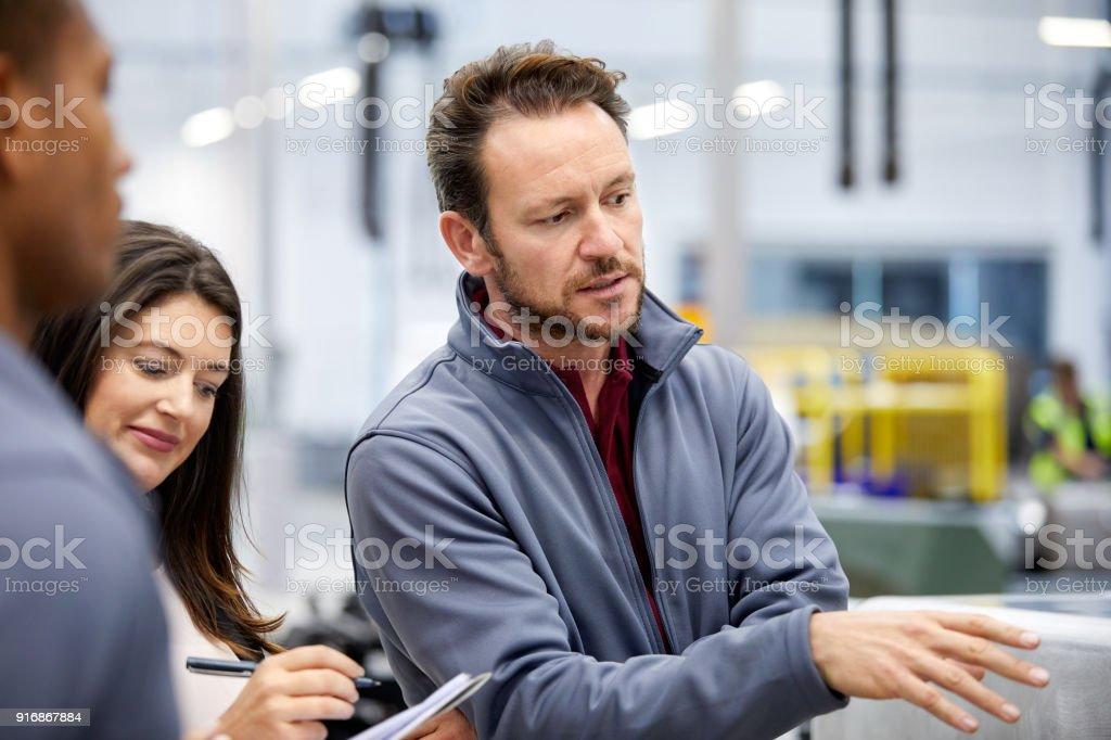 Ingenieur mit Manager in Automobilfabrik zu diskutieren – Foto