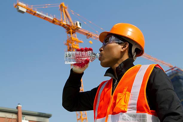 Ingenieur trinkt Wasser – Foto