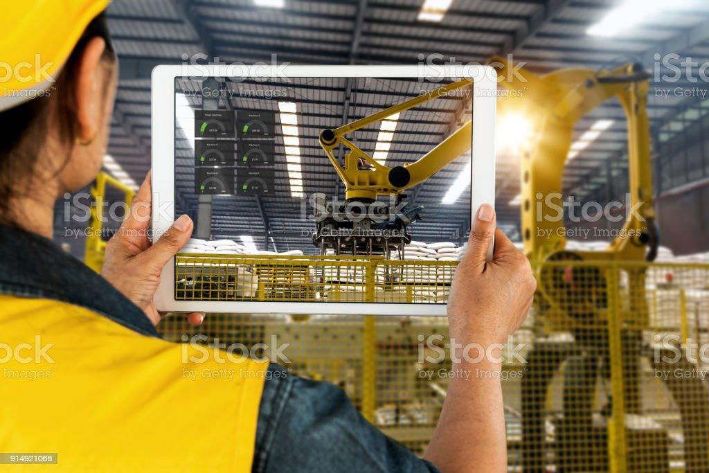 Hand mit Tablet, schwere Automatisierung Roboter Arm Maschine smart factory mit Tablet-Real-Time monitoring System-Anwendung industrieller Ingenieur. Industrie 4. Iot-Konzept. – Foto