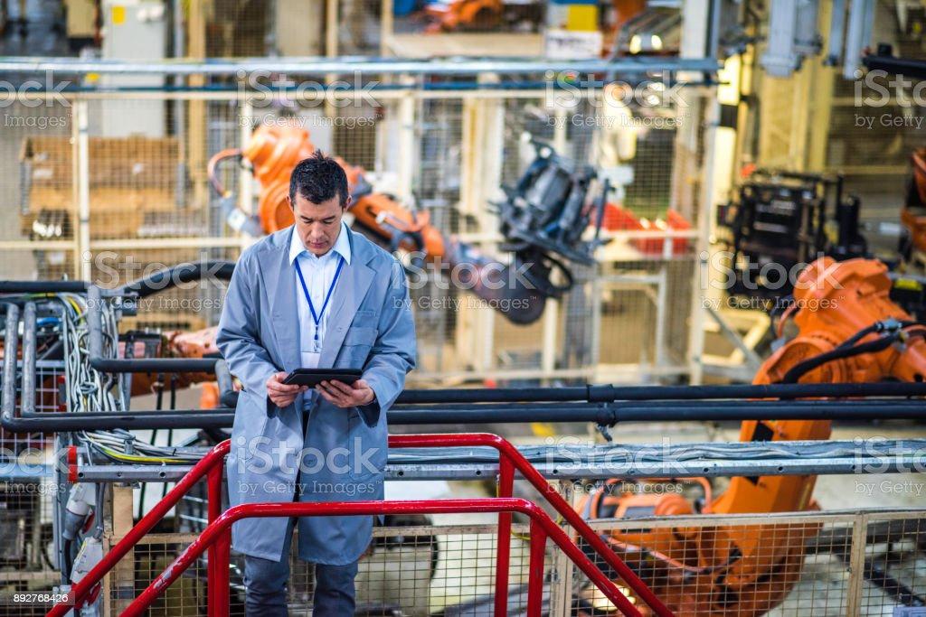 Ingenieur in einer Fabrik mit einem digitalen tablet – Foto