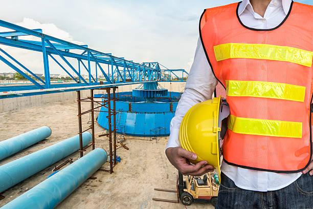 Ingenieur vor Wasseraufbereitungsanlage – Foto