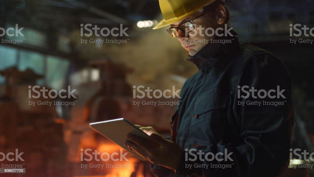 Ingenieur in Gläsern mit Tablet-PC in der Gießerei. Industrielle Umgebung. – Foto
