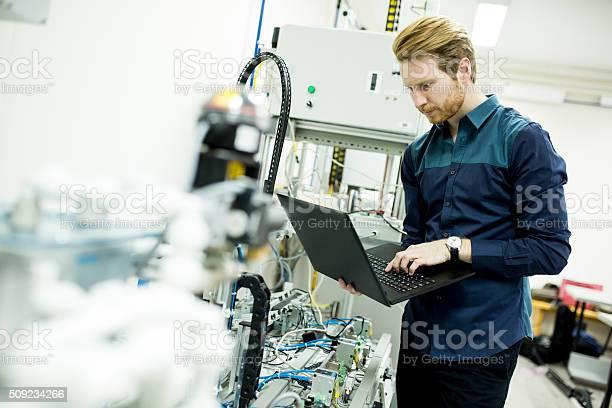 Ingenieur In Der Fabrik Stockfoto und mehr Bilder von Aktivitäten und Sport