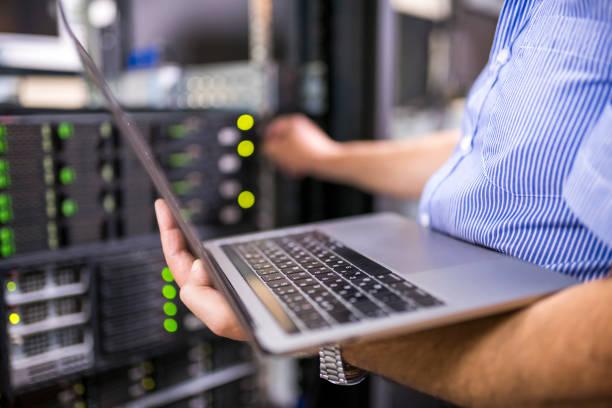 ingenieur in de server ruimte close-up - datacenter stockfoto's en -beelden