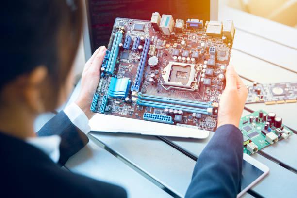 ingenieur inspizieren die endgültige produktion von gedruckten leiter-computer-logikplatine für den massenproduktionsprozess vorzubereiten. - produktdesigner stock-fotos und bilder
