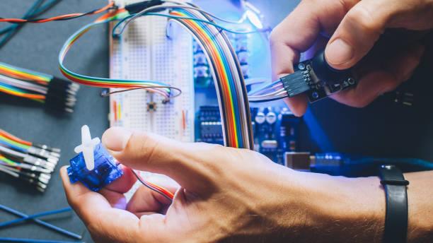 ingenieur erfindet prototyp-roboter elektronische modul - prototype stock-fotos und bilder