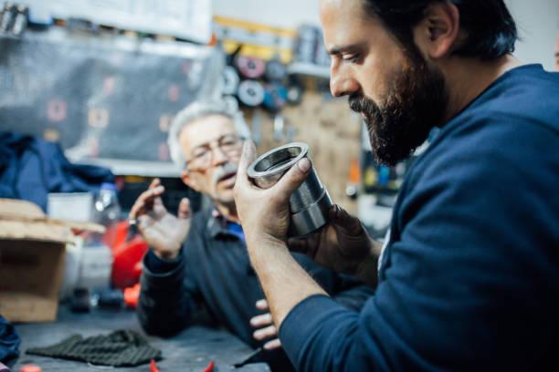 ingenieur prüft getriebebebeschtragwerk - kugellager stock-fotos und bilder