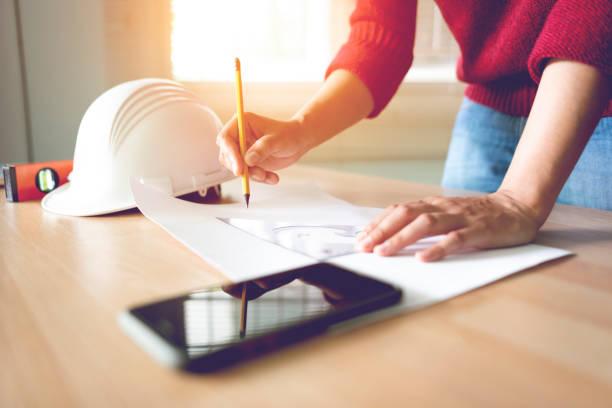 Ingenieur zeichnet auf Schreibtisch – Foto