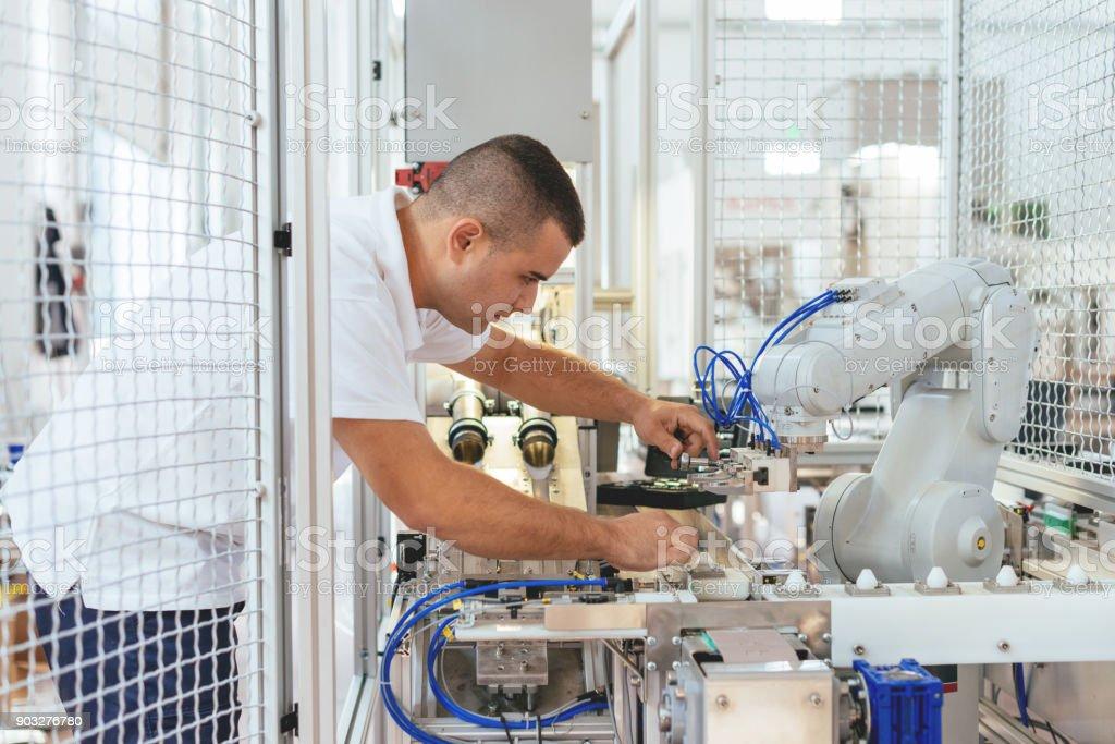 Ingenieur ist Qualitätskontrolle auf automatisierte Produktionslinie im Werk durchführen. – Foto