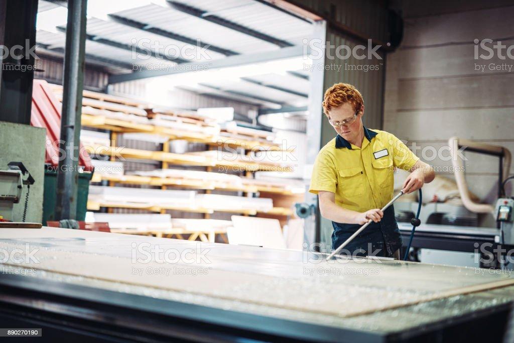 Ingenieur testet den neuen Automaten in Fabrik Lizenzfreies stock-foto