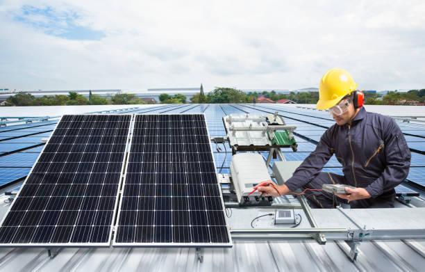 solar-panel wartungsausrüstung auf fabrikdach ingenieur - solarstrom stock-fotos und bilder