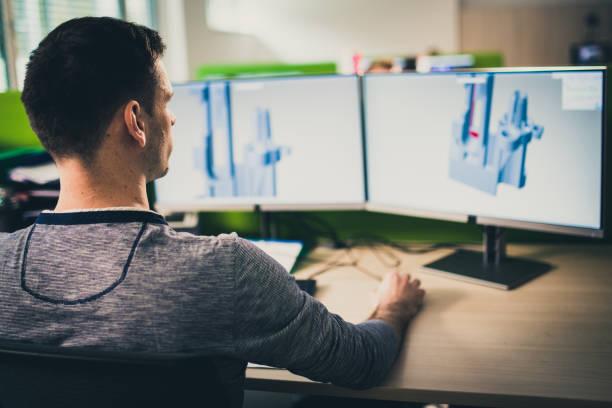 Ingenieur, der ein 3D-Modell auf einem Computer herstellt – Foto