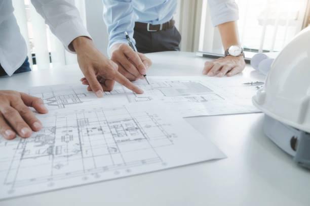 ingenieur für architektonische projekt treffen. die zusammenarbeit mit partner - architekturberuf stock-fotos und bilder
