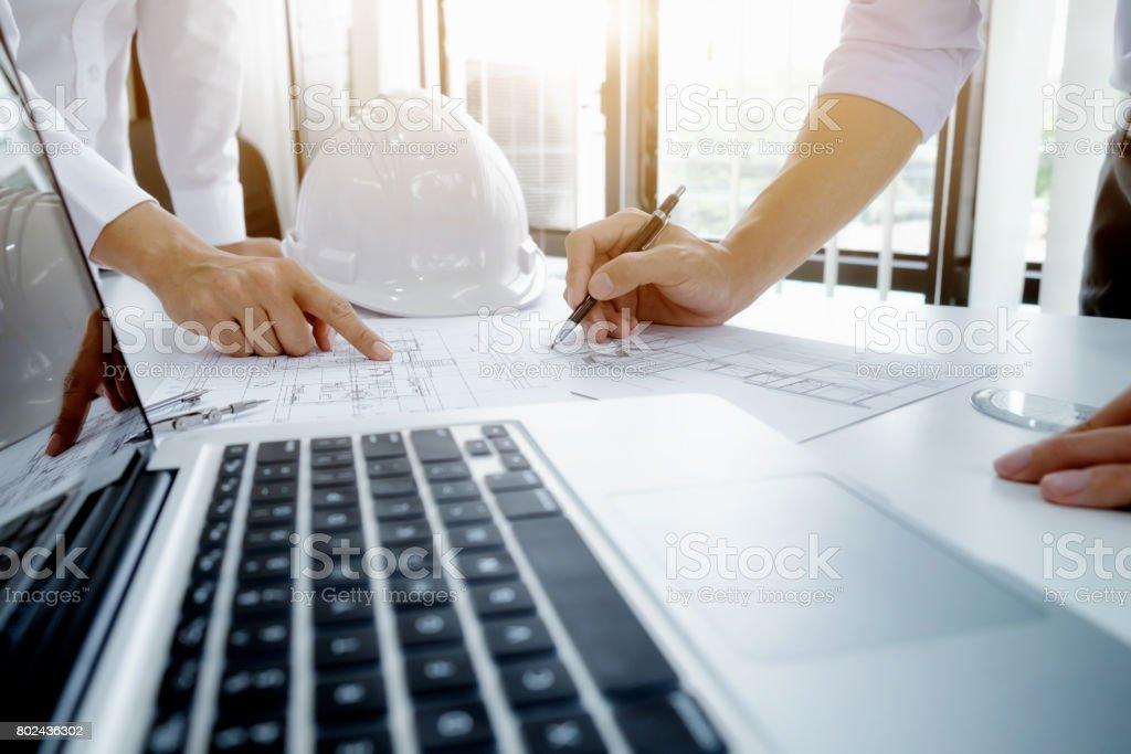 Ingenieur für architektonische Projekt treffen. die Zusammenarbeit mit partner – Foto