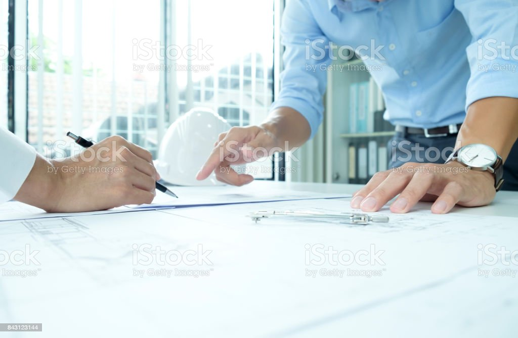 Ingenieur für architektonische Projekt in Zusammenarbeit mit Partner treffen. – Foto