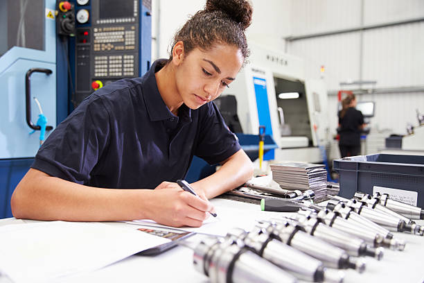 Ingenieur Planung Projekt mit CNC Maschine im Hintergrund – Foto