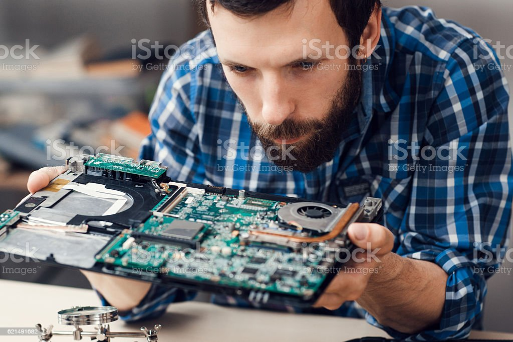 Engineer studying computer motherboard, close-up - foto de stock