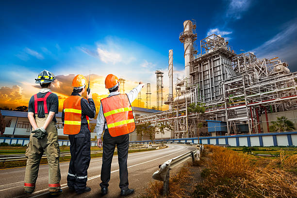 Engineer survey of oil refiner – Foto