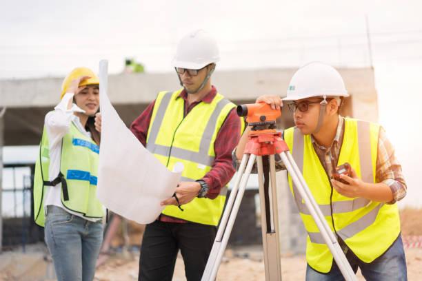 Ingenieurvermesser arbeitet mit Theodolit auf der Baustelle – Foto