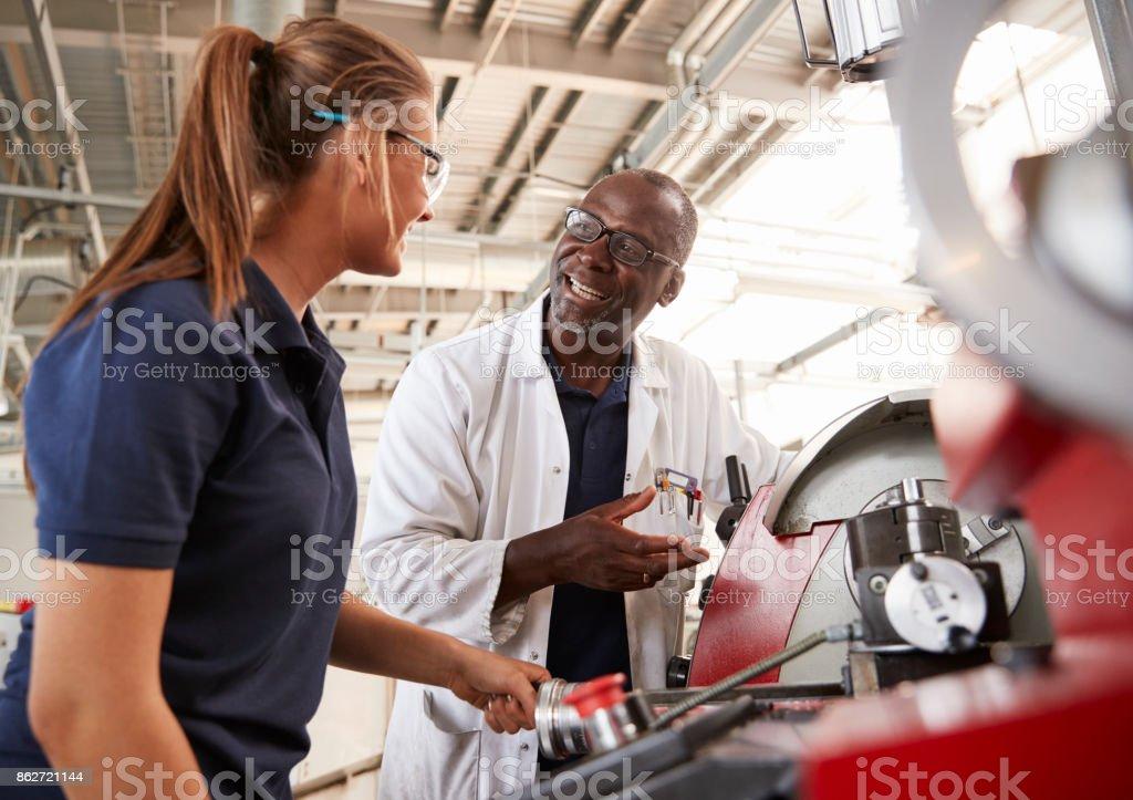 Im Gespräch mit weiblichen Lehrling von Maschinen-Ingenieur, Nahaufnahme – Foto