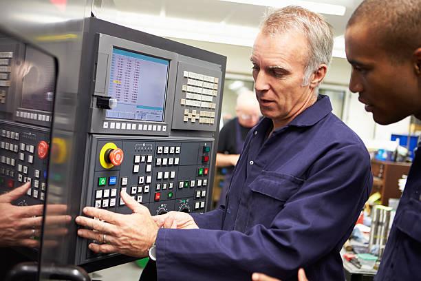 Ingénieur de formation Apprenti informatisé Machine-outil à utiliser - Photo